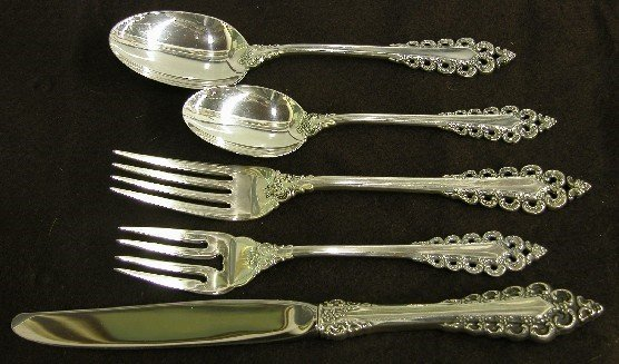 1009: THIRTY-SIX PIECES OF LUNT STERLING SILVER FLATWAR