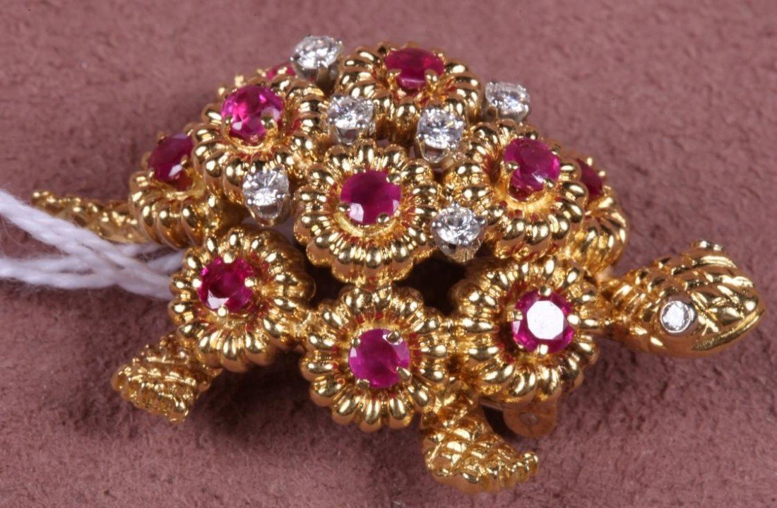 1202: ***18K YELLOW GOLD DIAMOND AND RUBY TURTLE BROOCH
