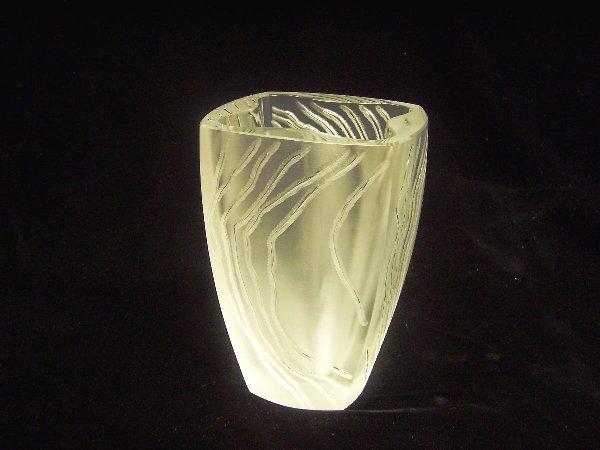 1015: LALIQUE ART GLASS VASE