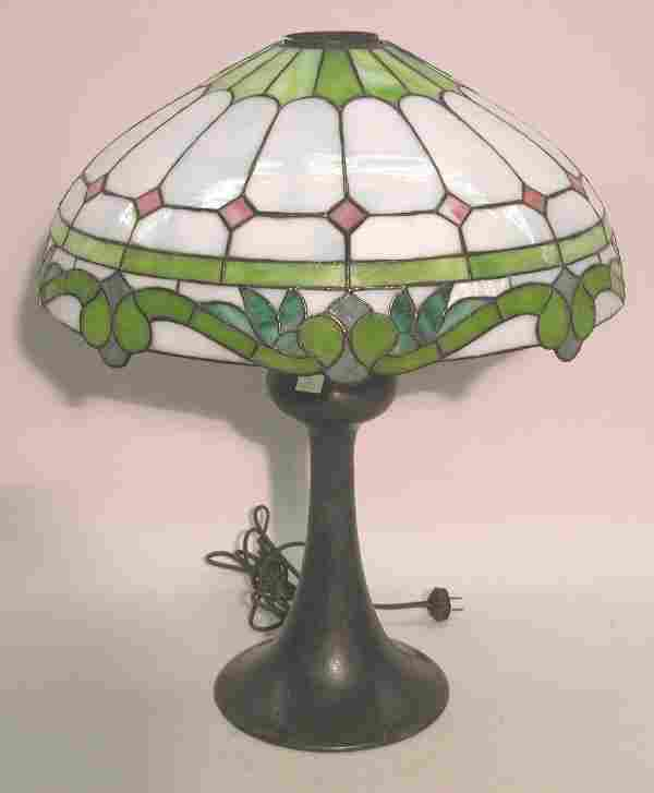 1064C: ART NOUVEAU LEADED GLASS TABLE LAMP