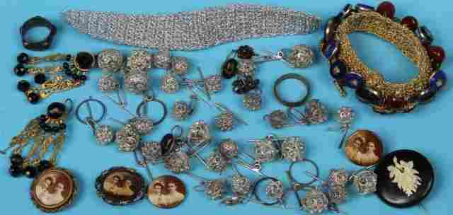 *GROUP OF MISCELLANEOUS COSTUME JEWELRY