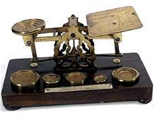 427: ANTIQUE BRASS POSTAL SCALE SET & WEIGHTS LONDON