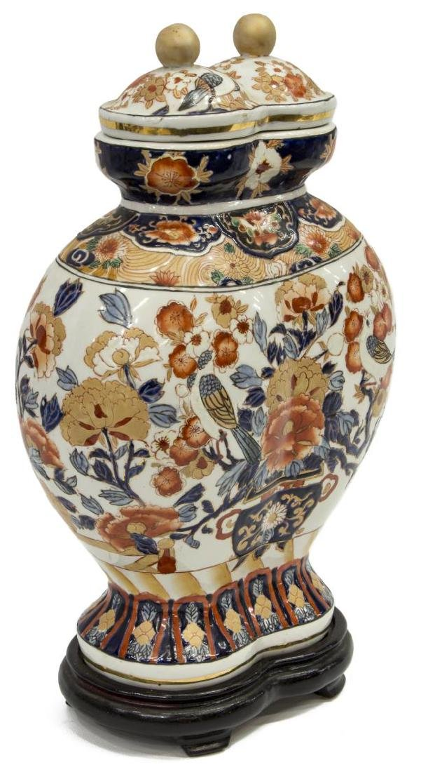 ANTIQUE JAPANESE IMARI PALETTE COVERED DOUBLE URN