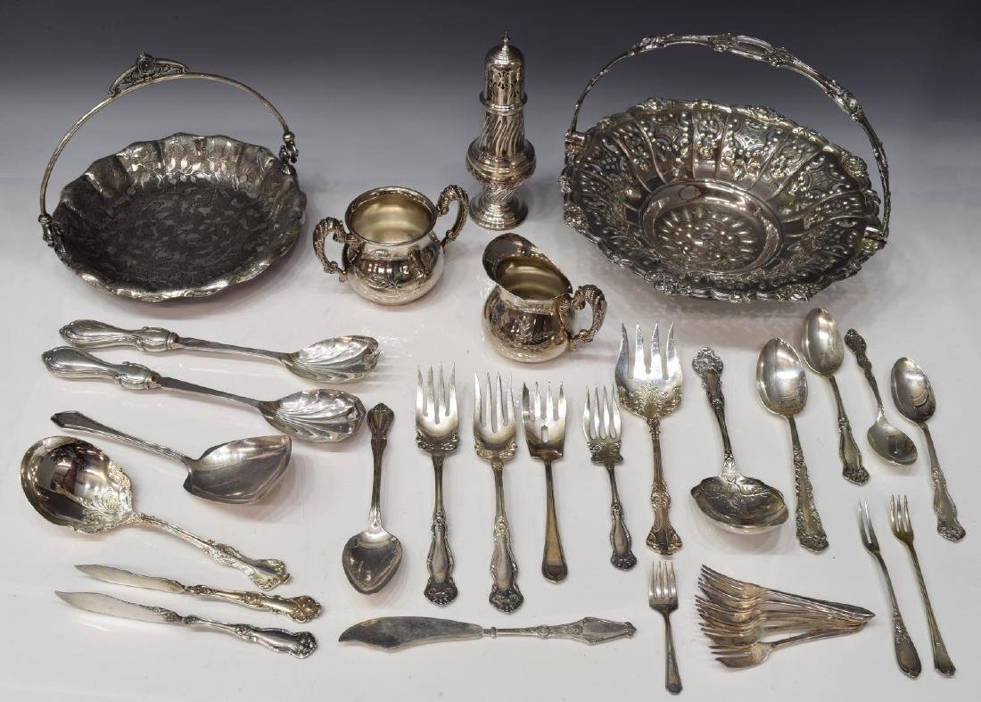 (LOT) GROUP OF SILVERPLATE FLATWARE & TABLEWARE