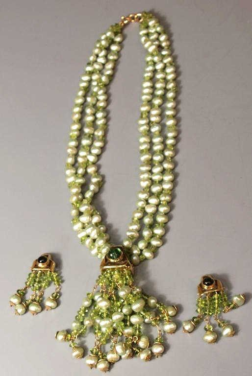 524: GREEN PEARL, PERIDOT & 18TK GOLD JEWELRY SUITE