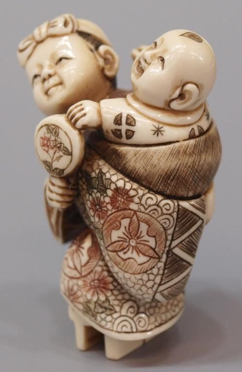 423: JAPANESE CARVED IVORY NETSUKE, WOMAN & CHILD