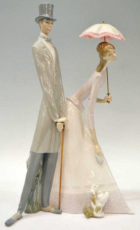 13: LLADRO FIGURAL GROUP 'COUPLE & PARASOL', RETIRED