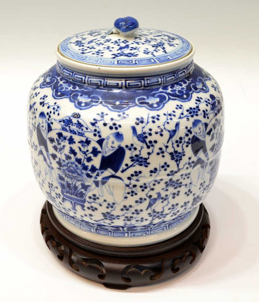 576: CHINESE BLUE & WHITE PORCELAIN LIDDED JAR, QING