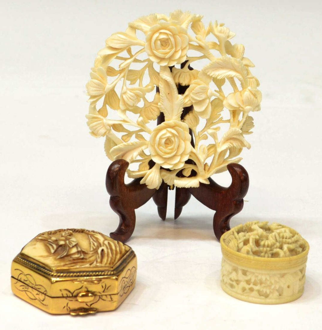 414: (3)CHINESE IVORY MINIATURE BOXES & ROUND PLAQUE