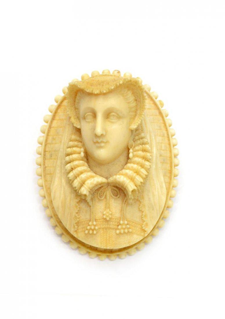 506: IVORY RELIEF PORTRAIT BROOCH, AN ELIZABETHAN LADY