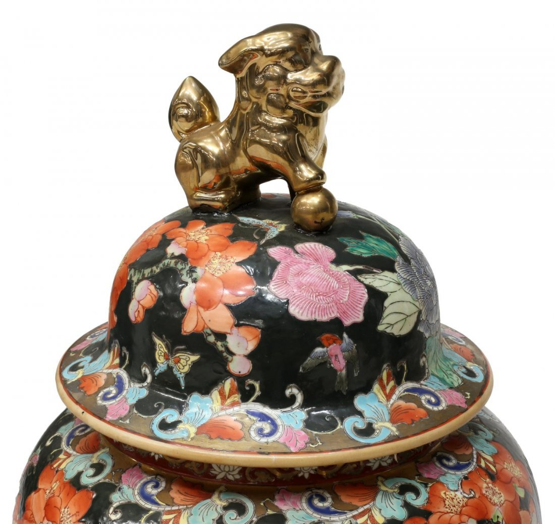 CHINESE FAMILLE NOIR PARCEL GILT LIDDED TEMPLE JAR - 4