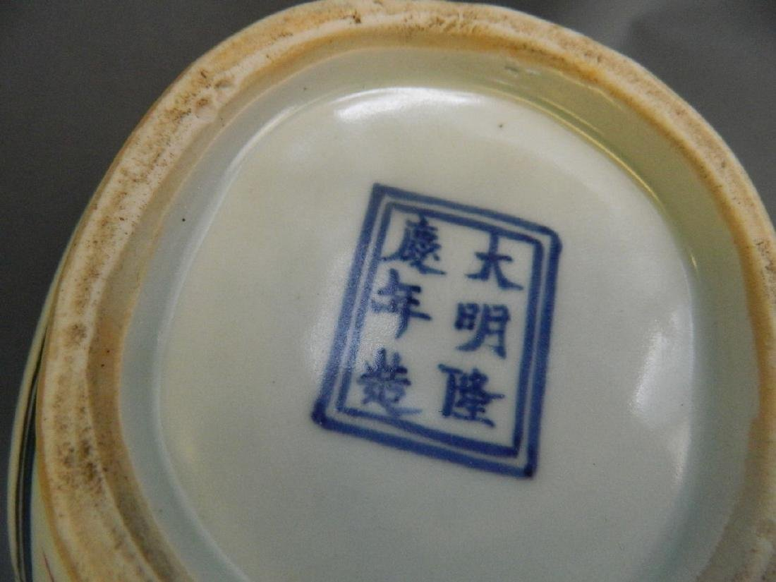 A Chinese Wucai enamel porcelain teapot decorated with - 3