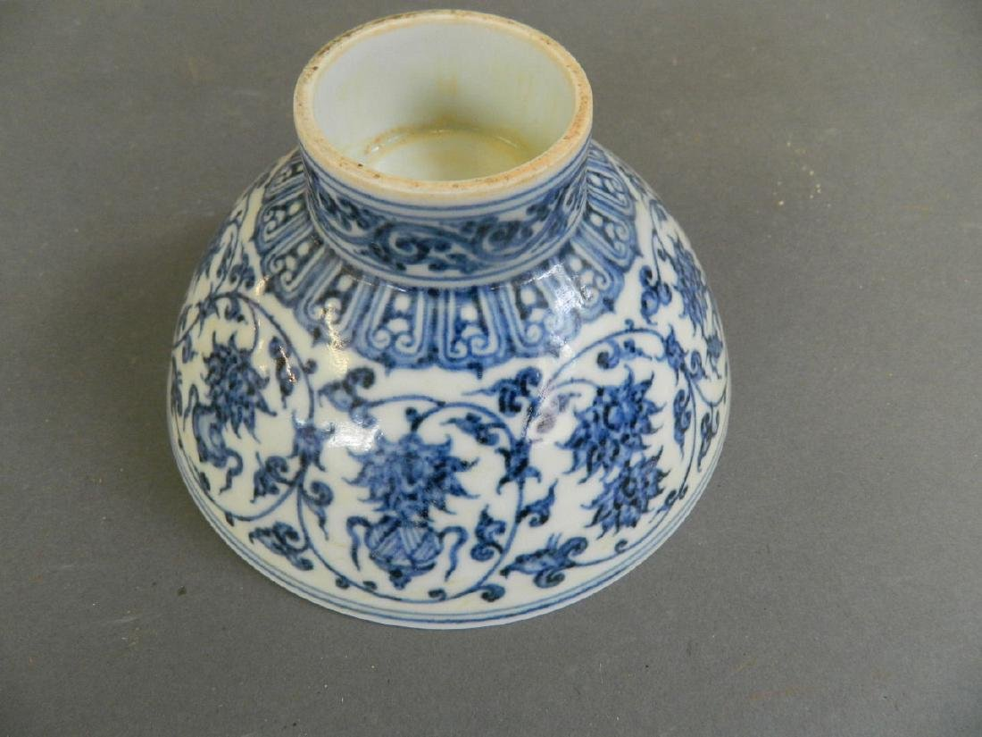 A Chinese blue and white porcelain footed bowl - 4