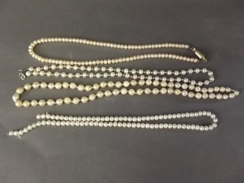 Four cultured pearl necklaces (AF), 10'' diameter