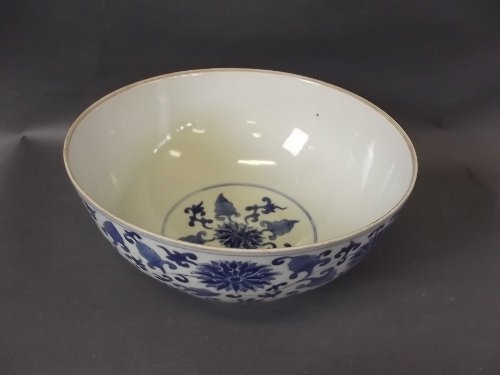 A C19th Chinese porcelain bowl decorated with dragons