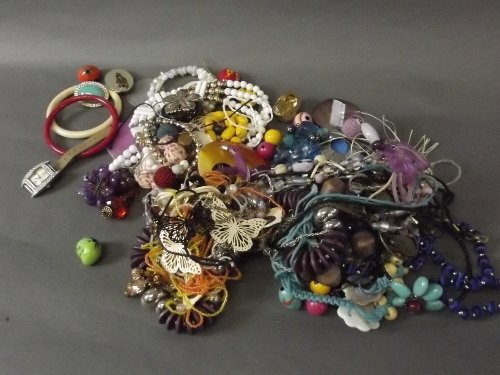 A large quantity of assorted costume jewellery, Best