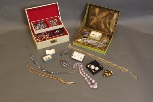 A quantity of costume jewellery to include necklaces, e