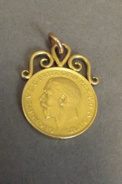 A George V gold sovereign pendant, 1¼'' long