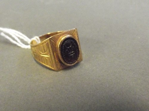 An 18ct gold seal ring with engraved decoration