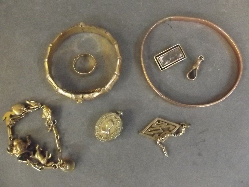 A small collection of gold and other jewellery