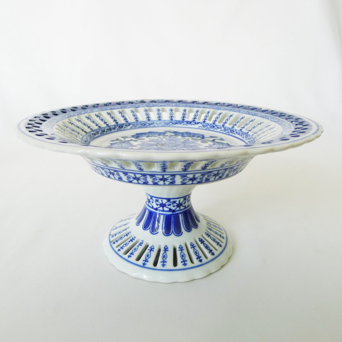 CHINESE BLUE AND WHITE TALL PLATE