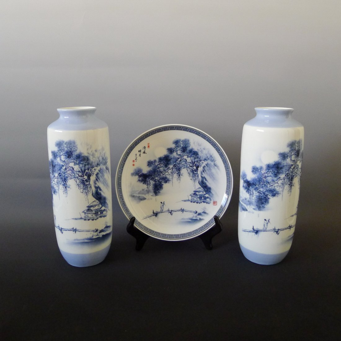 THREE PIECES OF CHINESE BLUE & WHITE PORCELAIN ITEMS