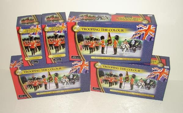 4015: BRITAINS SOLDIERS. TROOPING THE COLOUR 5 PCS