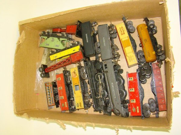 1004: BOX LOT OF ASSORTED LIONEL TRAINS