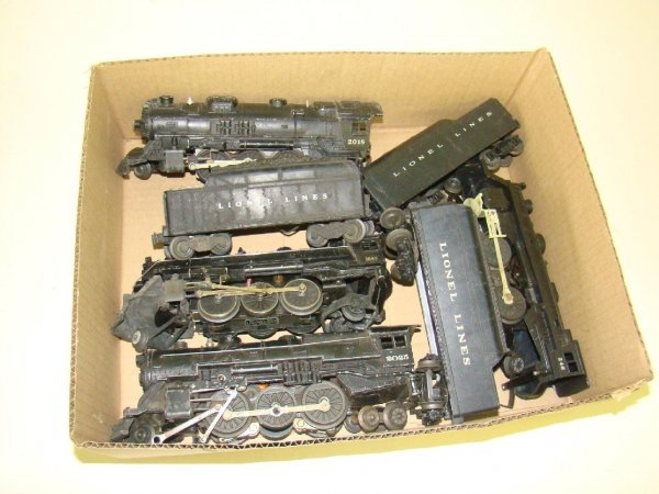 1005: BOX LOT OF LIONEL ENGINES AND TENDERS