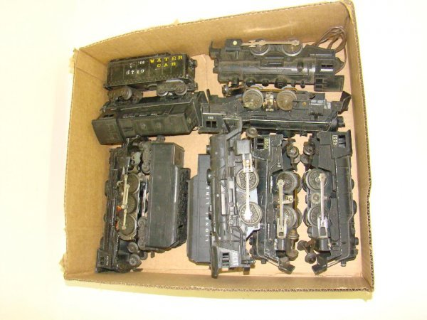 1007: BOX LOT OF ASSORTED TRAINS INCL. LIONEL
