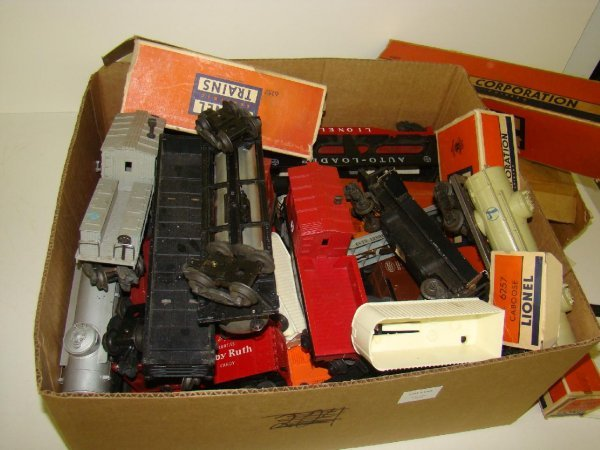 1009: LARGE LOT OF ASSORTED LIONEL TRAINS