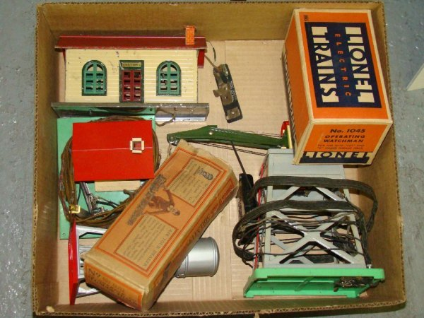 1022: BOX LOT OF LIONEL TRAIN LAYOUT ACCESSORIES