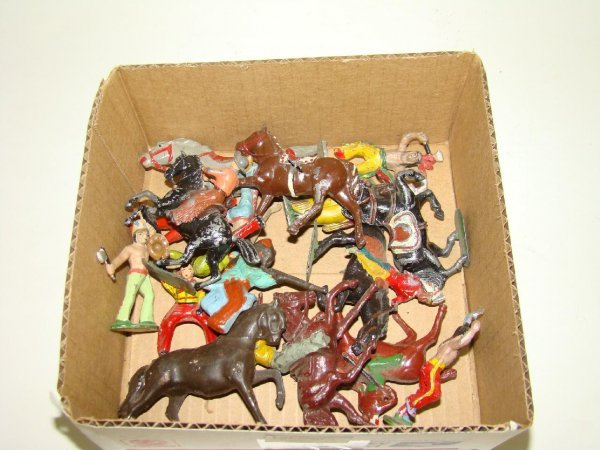 1011: LOT OF ASSORTED COWBOY & INDIANS LEAD FIGURES