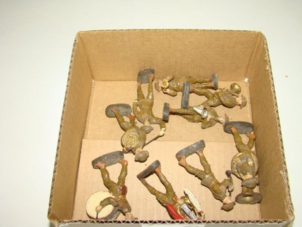 1013: LOT OF ELASTOLIN MILITARY BAND FIGURES