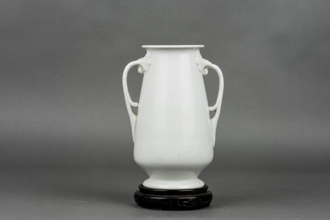 A DEHUA PORCELAIN VASE WITH BASE, 19TH CENTURY