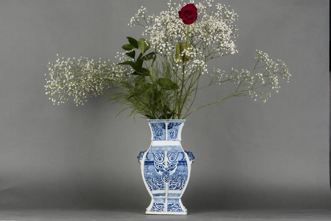 A BLUE AND WHITE SQUAR ZUN-FORM VASE, 18TH CENTURY