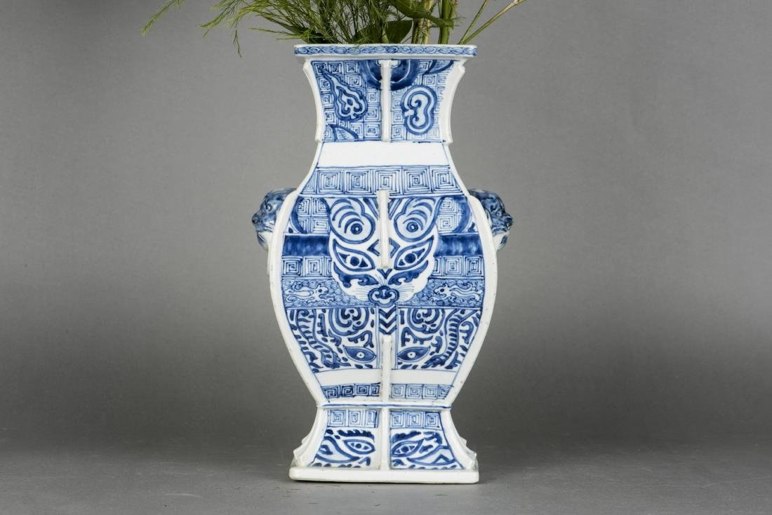 A BLUE AND WHITE SQUAR ZUN-FORM VASE, 18TH CENTURY - 2