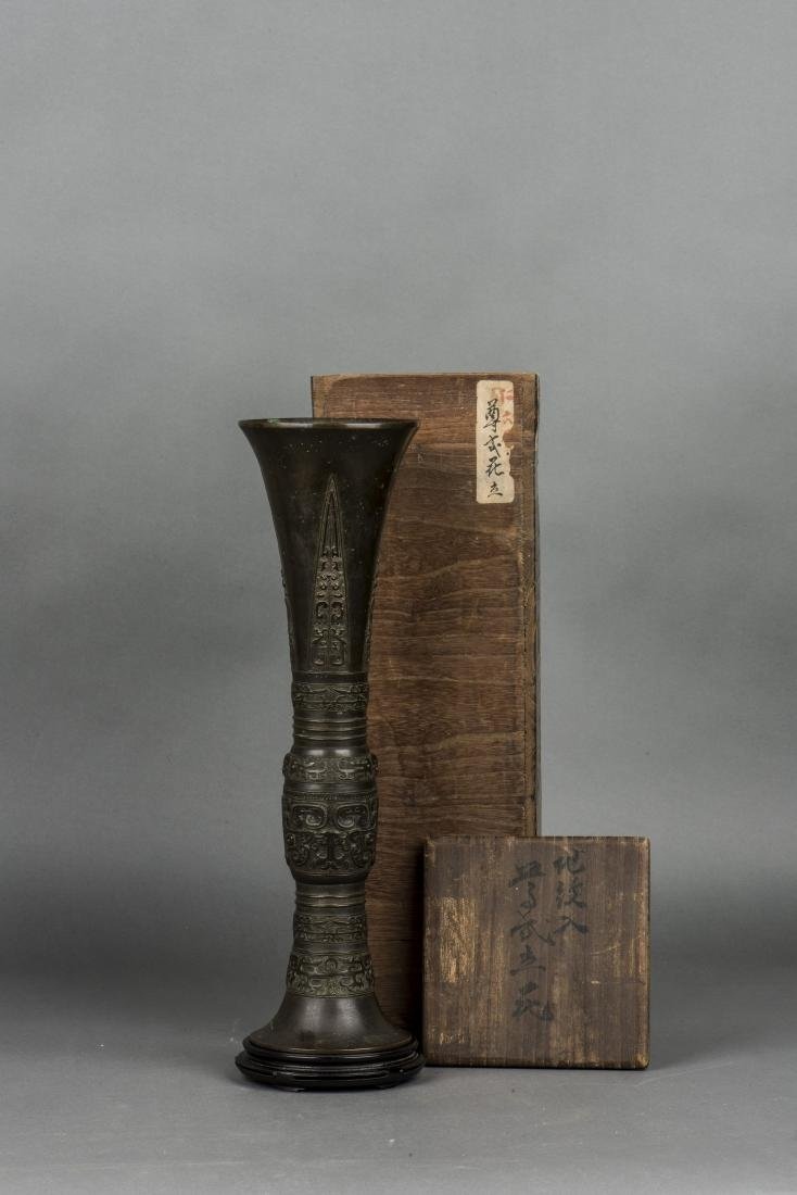 A SHANG STYLE BRONZE BEAKER VASE, 19TH CENTURY - 2