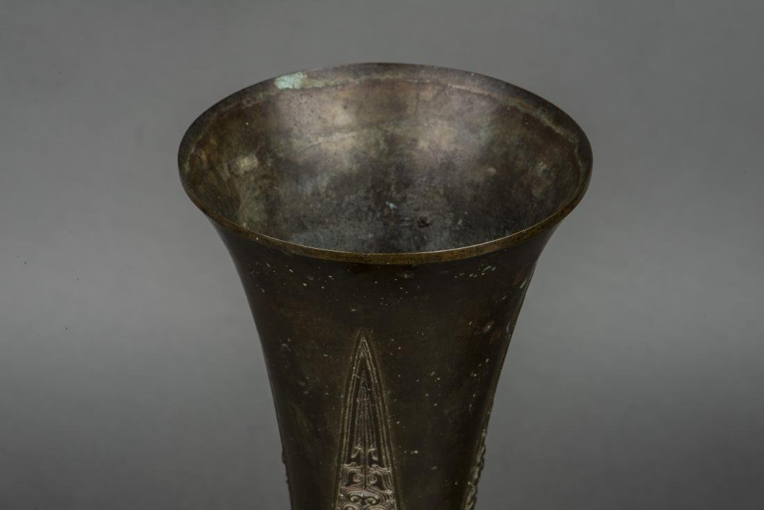 A SHANG STYLE BRONZE BEAKER VASE, 19TH CENTURY - 4