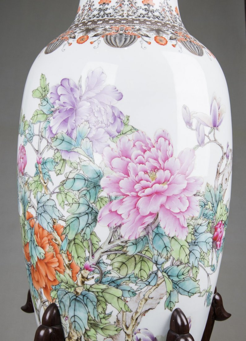 A LARGE FAMILLE ROSE PEONIES VASE, MID 20TH CENTURY - 2