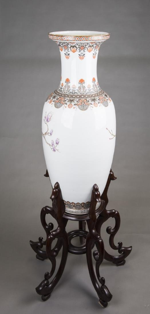 A LARGE FAMILLE ROSE PEONIES VASE, MID 20TH CENTURY - 5