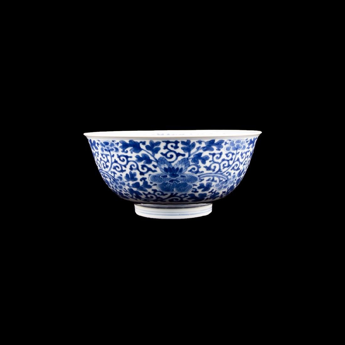 A CHINESE 'BLUE & WHITE 'FLORAL' BOWL, QIANLONG PERIOD