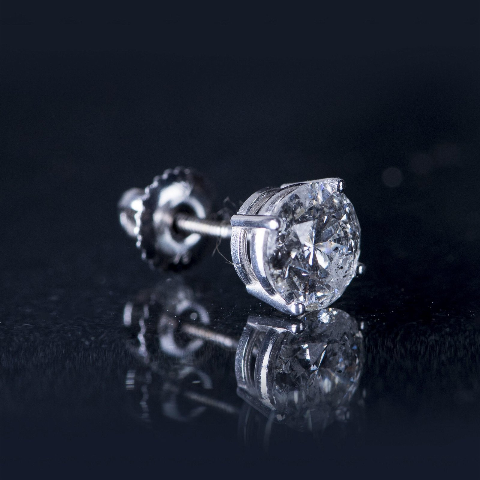 A PAIR OF DIAMOND STUD EARRINGS, AIGL CERTIFIED