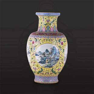 A LARGE CHINESE FAMILLE ROSE VASE, EARLY 20TH CENTURY