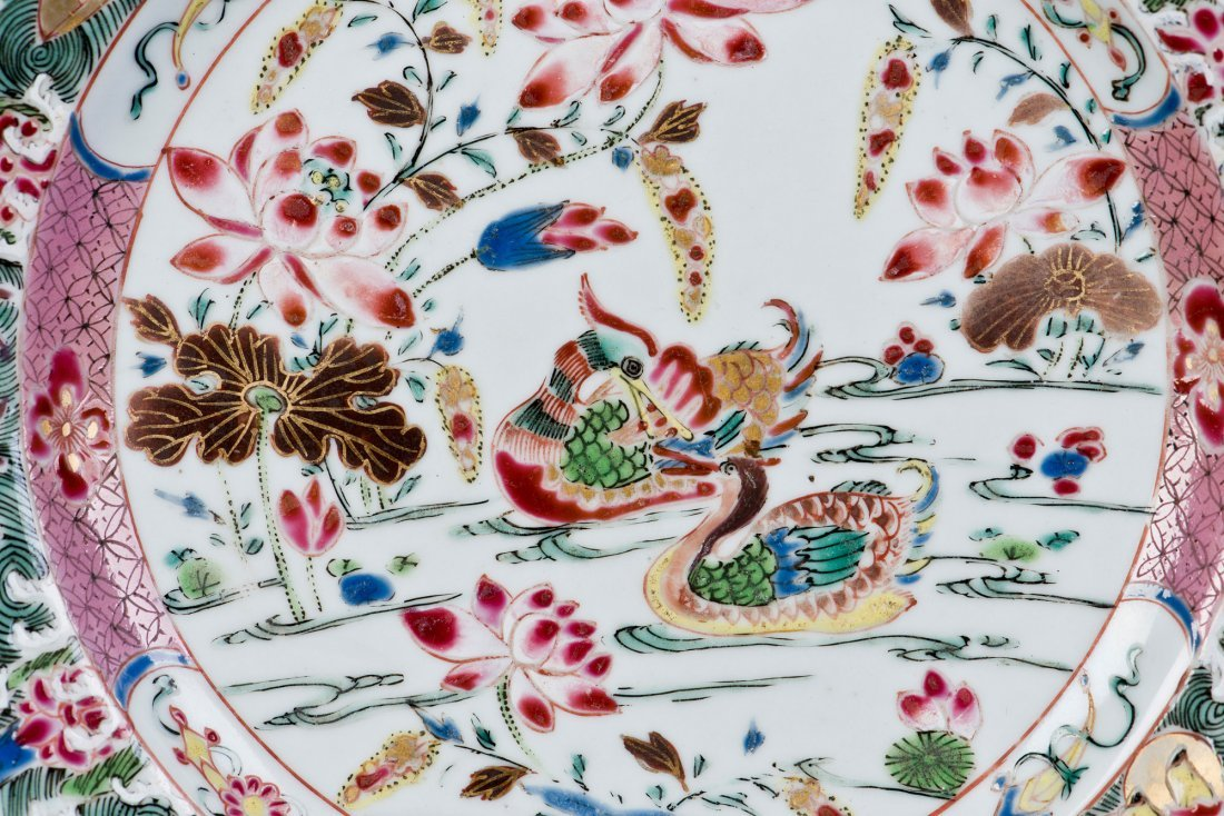 A FAMILLE ROSE PORCELAIN PLATE, 18TH CENTURY - 2