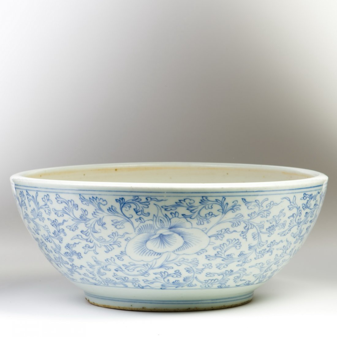 A LARGE BLUE AND WHITE PORCELAIN BOWL