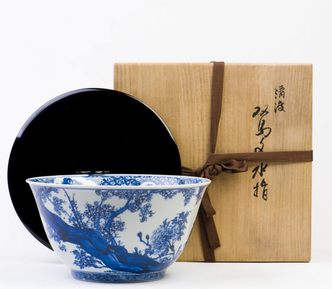 A BLUE AND WHITE PORCELAIN BOWL WITH LID