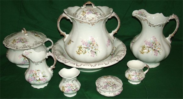7022: 8 PC WASH SET, FLORAL DECORATION, LID TO WASTE JA