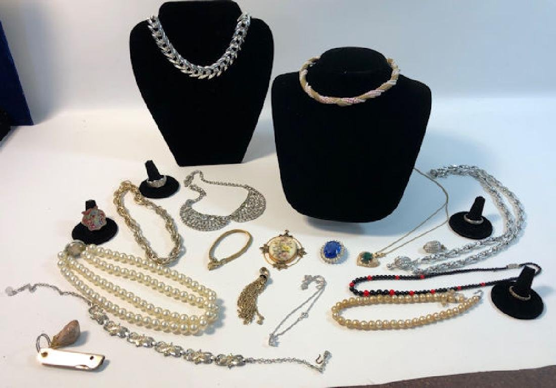 090d8cc536ca5 VINTAGE COSTUME JEWELRY LOT ~ ELEVEN NECKLACES, TWO