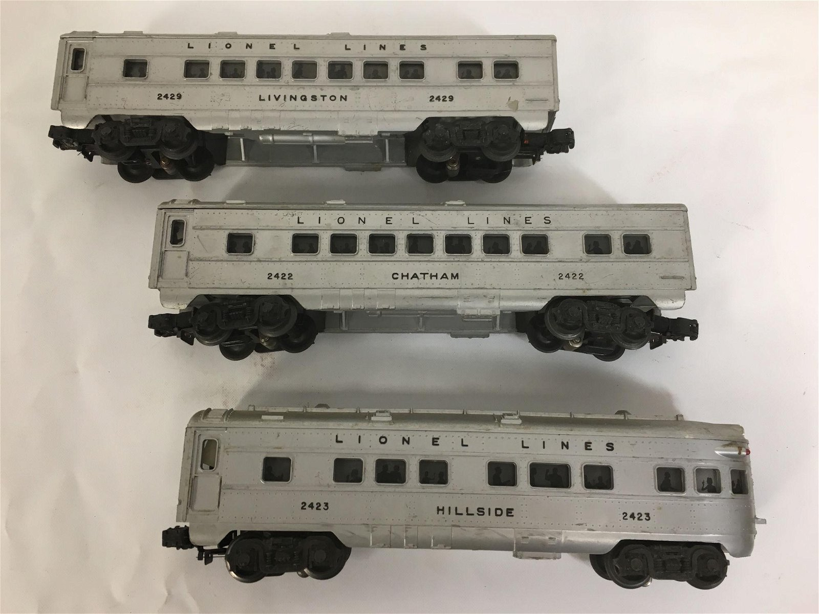 3 LIONEL POSTWAR O GAUGE TRAIN CARS: NO. 2422, 2423.